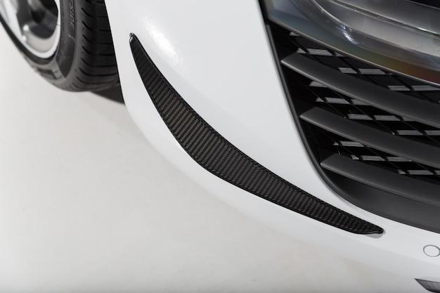 Imagem aproximada dos detalhes exteriores de um carro branco moderno