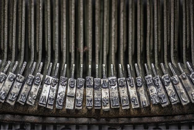 Imagem aproximada em tons de cinza das teclas internas de uma máquina de datilografia vintage