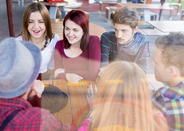 Imagem autêntica de pessoas novas e novas com bons momentos juntos