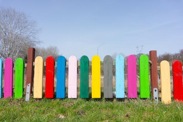 Imagem bonita de cerca de madeira colorida com grama