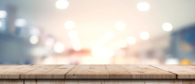 Imagem borrada abstrata de loja de departamentos com fundo de balcão de mesa de madeira para show