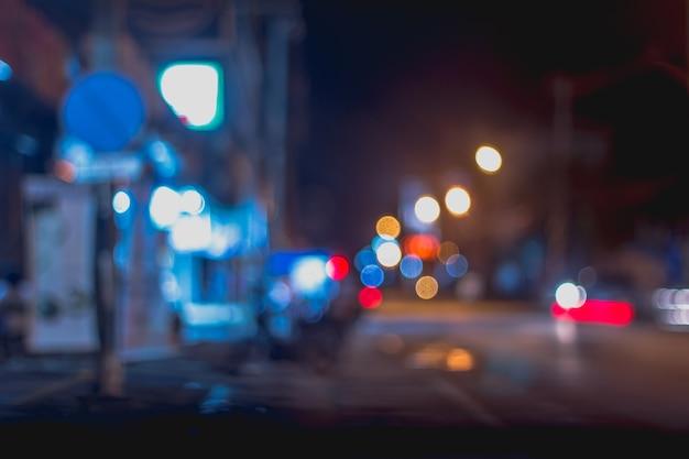 Imagem borrada abstrata do mercado de rua à noite com luz bokeh para uso de fundo