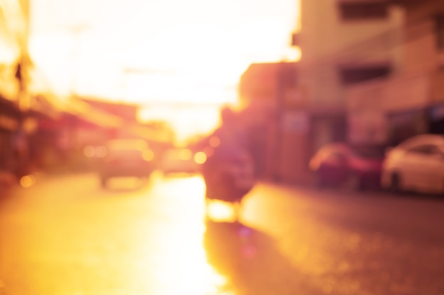 Imagem borrada de alta chave da vida nas ruas da cidade durante a hora goldren. desfoque abstrato, fora de foco, imagem bokeh de fundo.