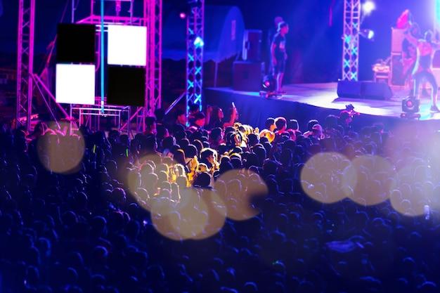 Imagem borrada de audiência no festival de música de noite grátis
