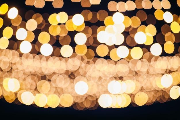 Imagem borrada de luzes penduradas no arco