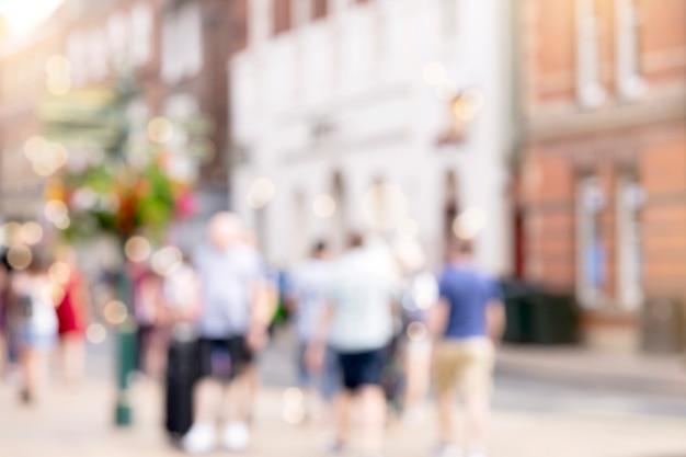 Imagem borrada de pessoas da multidão andando na rua shoping em yorkshire, inglaterra, hihgh key foto desfocada de turista andando na cidade nas férias de verão