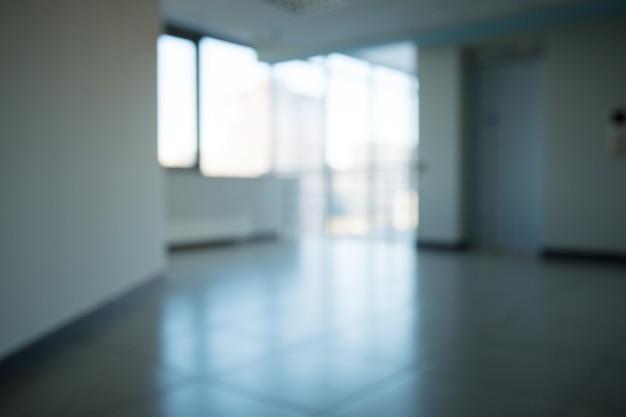 Imagem borrada de um corredor em um moderno centro de negócios.