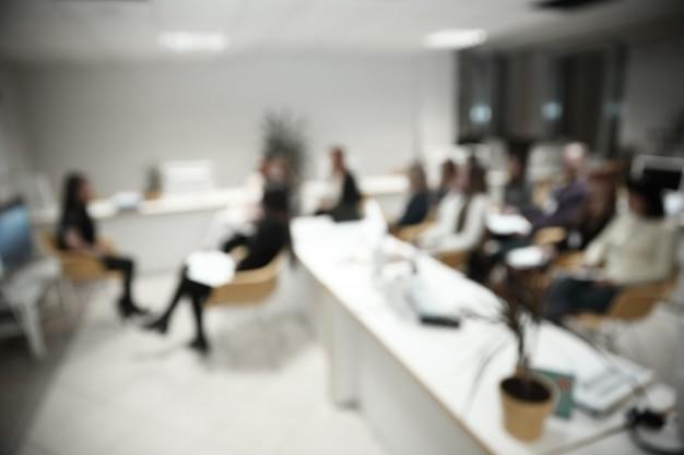 Imagem borrada de um grande escritório moderno.