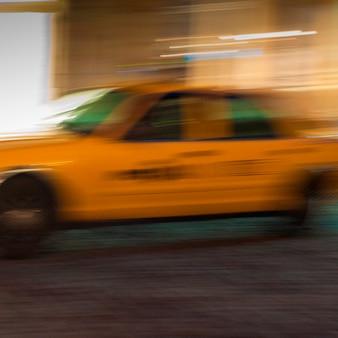 Imagem borrada de um táxi amarelo em manhattan, new york city, eua.