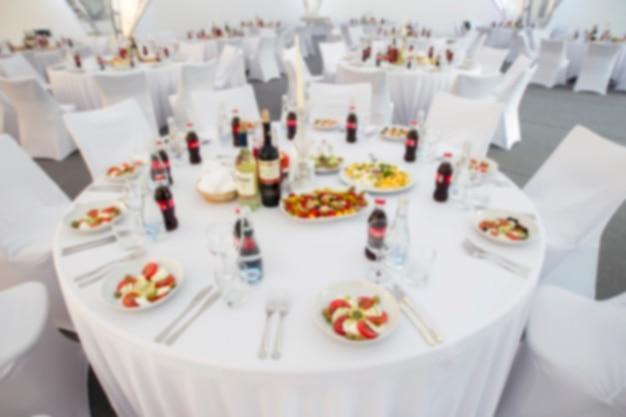 Imagem borrada de uma mesa posta com comida.