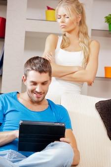 Imagem brilhante de casal com tablet pc