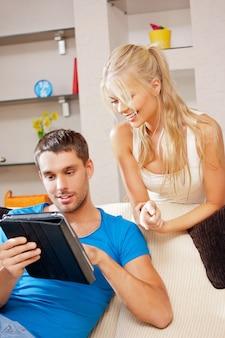 Imagem brilhante de casal feliz com tablet pc