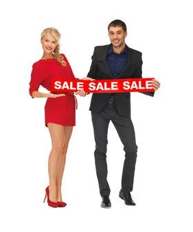 Imagem brilhante de homem e mulher com placa de venda