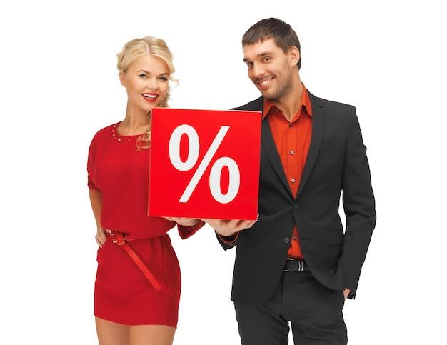 Imagem brilhante de homem e mulher com sinal de porcentagem