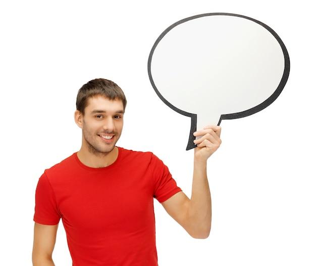 Imagem brilhante de homem sorridente com bolha de texto em branco.