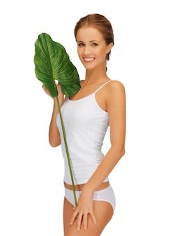 Imagem brilhante de mulher adorável com folha verde.