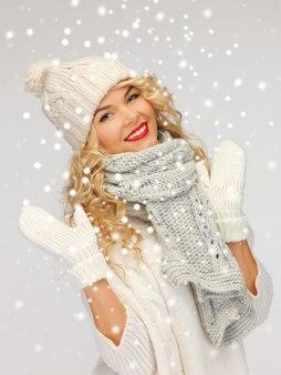 Imagem brilhante de mulher bonita com chapéu, cachecol e luvas.
