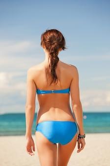 Imagem brilhante de mulher na praia.