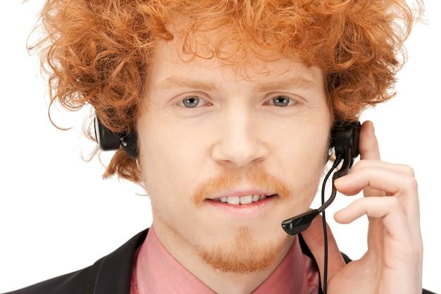 Imagem brilhante de um simpático operador de linha de apoio masculino