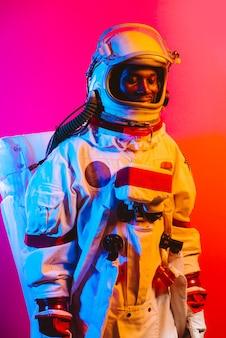 Imagem cinematográfica de um astronauta retrato colorido de um homem com traje espacial