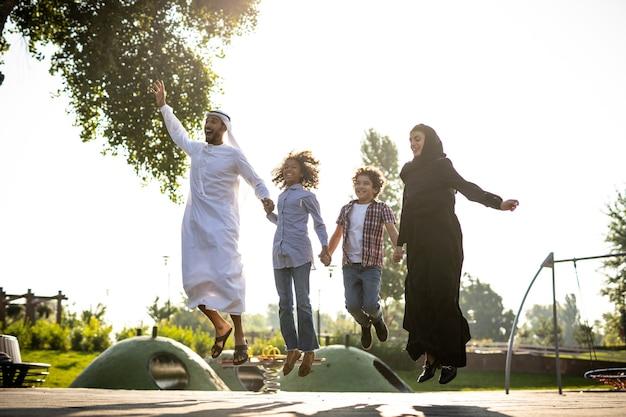Imagem cinematográfica de uma família brincando no parquinho em dubai