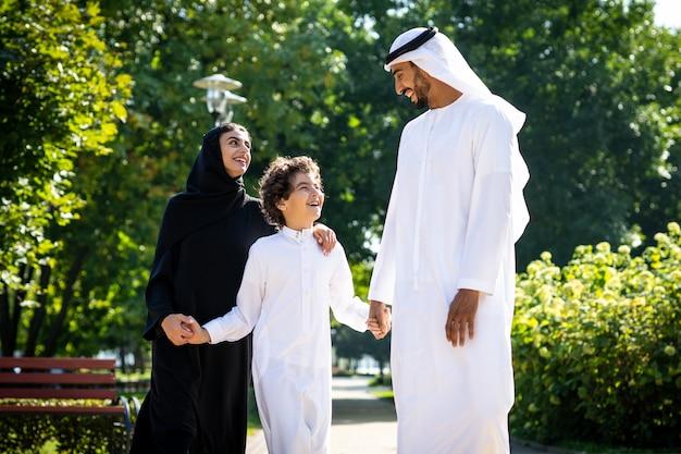 Imagem cinematográfica de uma família dos emirados passando um tempo no parque