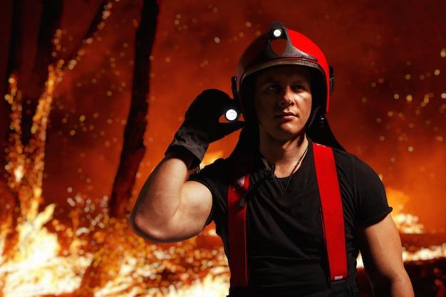 Imagem com bombeiro em serviço