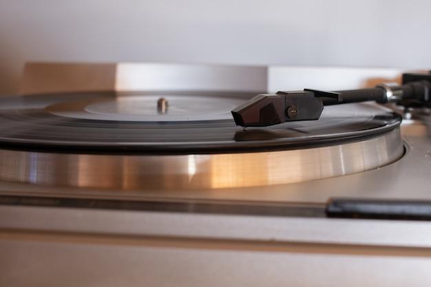 Imagem com foco superficial de um cartucho em um gramofone portátil