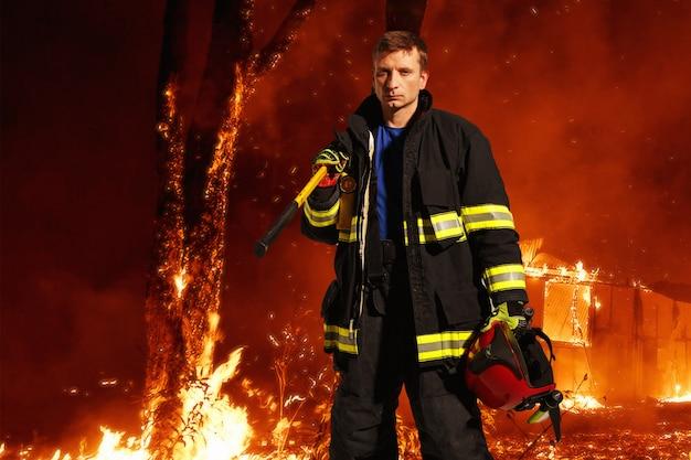 Imagem com um bombeiro no espaço do fogo
