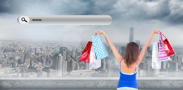 Imagem composta da visão traseira de uma mulher morena levantando sacolas de compras