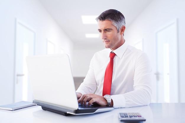 Imagem composta de empresário usando laptop