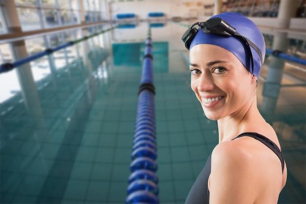 Imagem composta de nadador em forma de pé à beira da piscina sorrindo para a câmera