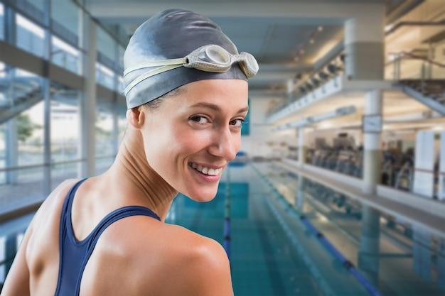 Imagem composta de uma linda nadadora na piscina sorrindo para a câmera