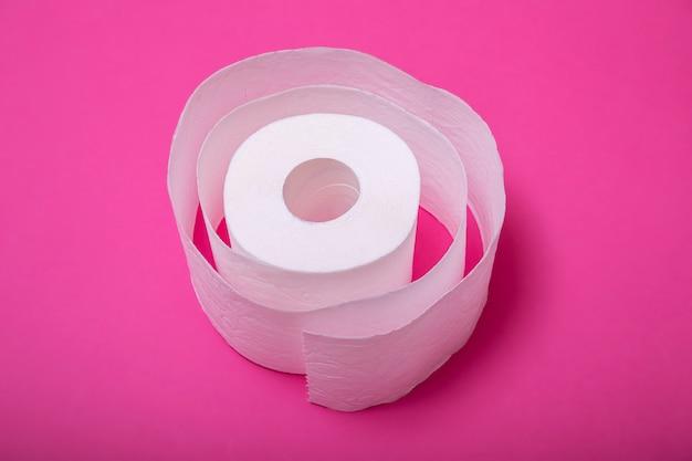 Imagem conceitual de rolo de papel higiênico em pé sozinho no fundo pastel