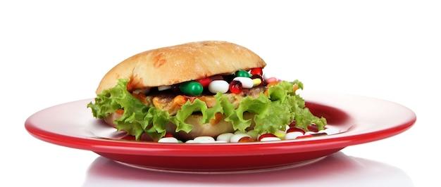 Imagem conceitual para cuidados nutricionais: vitaminas e suplementos nutricionais variados em pão. isolado no branco