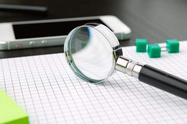 Imagem conceitual representando a realização de uma pesquisa on-line de informações com uma lupa
