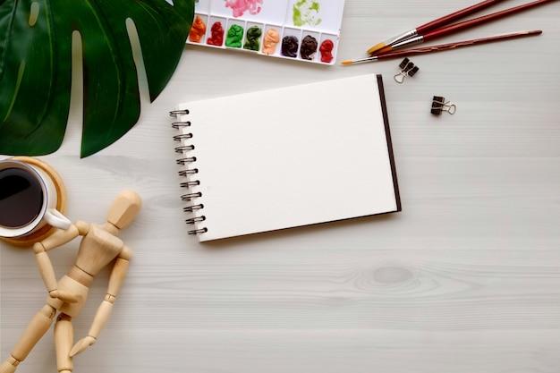 Imagem conceptual da tabela do branco do local de trabalho do designer gráfico do artista.