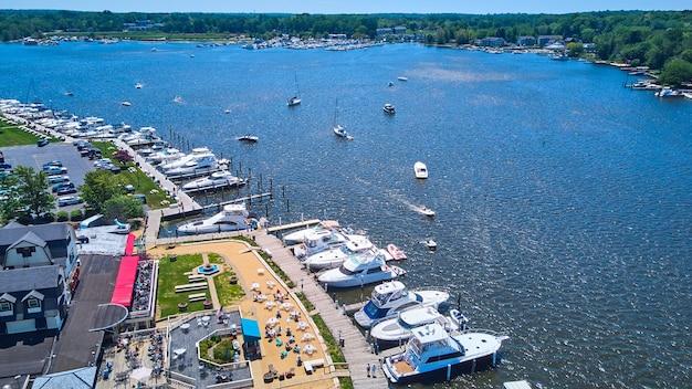 Imagem da aérea da cidade do lago com docas repletas de barcos