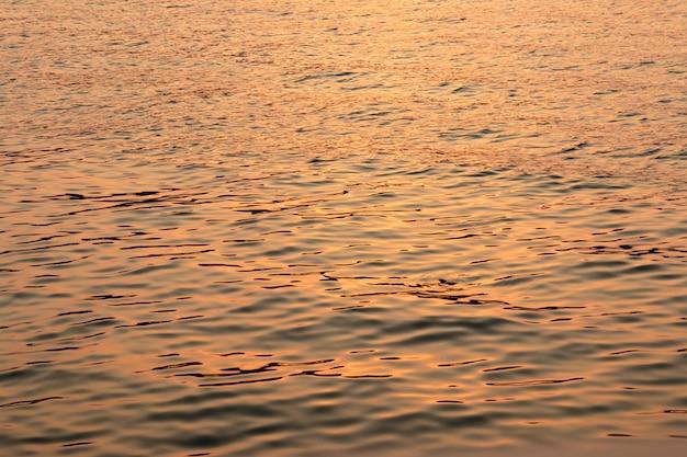 Imagem da água de superfície no tempo do por do sol