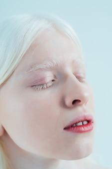 Imagem da beleza de uma garota albina posando em um estúdio usando lingerie. conceito sobre positividade corporal mergulhador