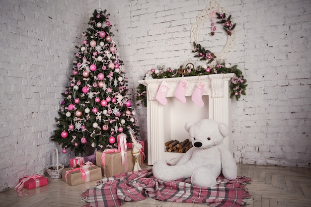 Imagem da chaminé e decorada árvore de natal com presente