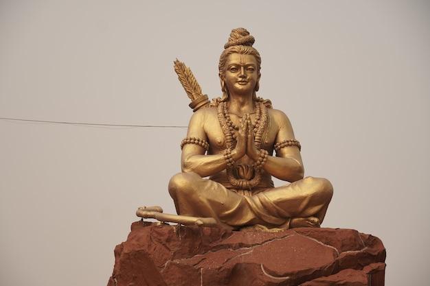 Imagem da estátua de deus rama