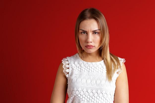 Imagem da jovem mulher irritada