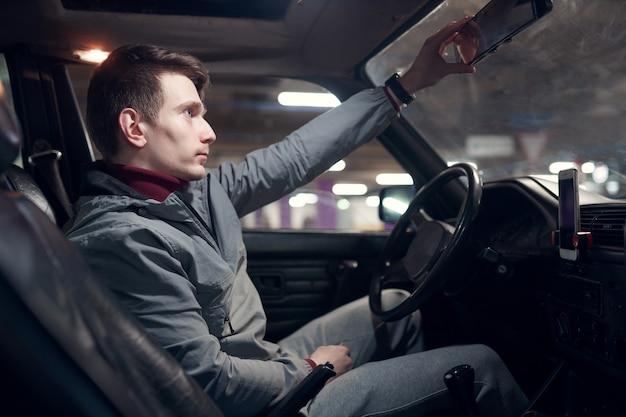 Imagem da lateral de um homem sentado no carro