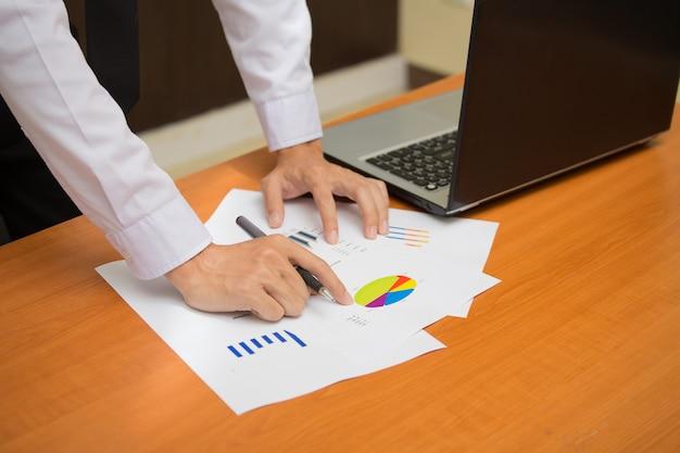 Imagem da mão masculina apontando no documento de negócios durante a discussão na reunião