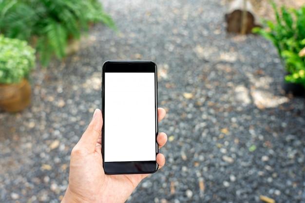 Imagem da maquete da mão de uma mulher segurando smartphones tela branca isolada de smartphones
