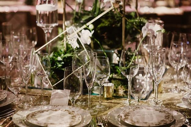 Imagem da mesa de configuração, incluindo taças, pratos e garfos