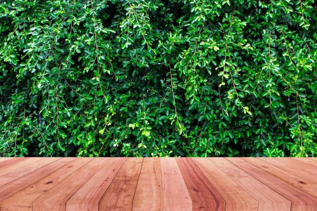 Imagem da mesa de madeira na frente do fundo abstrato da árvore