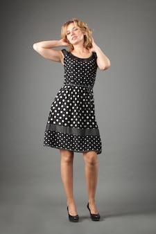 Imagem da mulher encantadora no vestido