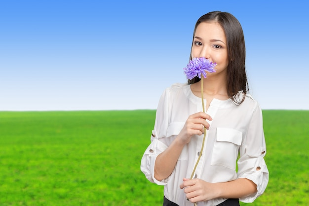 Imagem da mulher nova e bonita com flor